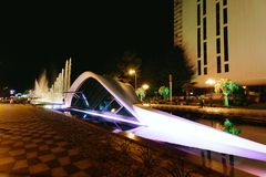 BATUMI GEORGIA - September 11, 2018: upplyst springbrunn f?r Batumi boulevarddans arkivfoto