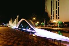 BATUMI, GEORGIA - 11 settembre 2018: fontana ballante illuminata del boulevard di Batumi fotografia stock
