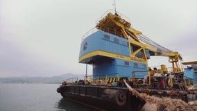 Batumi, Georgia - 14 settembre 2018: Una nave da carico con una gru è attraccata nel porto marittimo stock footage