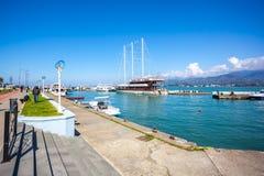 31 03 2018 Batumi, Georgia - skepp i en liten port av Batumi Royaltyfria Foton