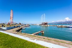 31 03 2018 Batumi, Georgia - skepp i en liten port av Batumi Arkivfoto