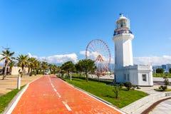 31 03 2018 Batumi, Gruzja, Ferris koło, - i Batumi latarnia morska Zdjęcia Royalty Free