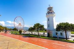 31 03 2018 Batumi, Gruzja, Ferris koło, - i Batumi latarnia morska Obrazy Stock