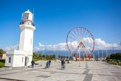 31 03 2018 Batumi, Gruzja, Ferris koło, - i Batumi latarnia morska Obraz Stock
