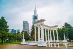 Batumi, Gruzja - 23 11 2018: Piękna kolumnada w nadmorski parku w centrum Batumi, deszczowy dzień obrazy royalty free
