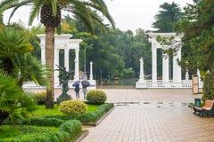 Batumi, Gruzja - 23 11 2018: Piękna kolumnada w nadmorski parku w centrum Batumi, deszczowy dzień zdjęcie stock