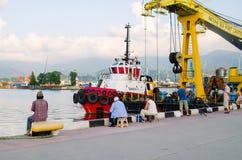 BATUMI GRUZJA, Sierpień, - 8, 2016: Port morski jest ulubionym miejscem lokalni rybacy, przychodzi tutaj każdy dzień z przyjaciel Obrazy Stock