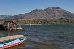 Batur湖和Batur火山背景巴厘岛,印度尼西亚 库存照片