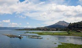 Batur火山和Batur湖,印度尼西亚 免版税图库摄影