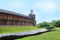 Baturyn-Zitadelle mit schützendem Abzugsgraben Alte slawische Architektur der Festung Stockfoto