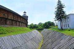Baturyn-Zitadelle mit schützendem Abzugsgraben Alte slawische Architektur der Festung Lizenzfreies Stockfoto