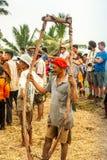 Batusangkar, Indonesië, 29 Augustus, 2015: Het juk van de mensenholding voor Pacu Jawi wordt gebruikt die royalty-vrije stock foto