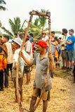 Batusangkar, Indonesia, el 29 de agosto de 2015: Yugo de la tenencia del hombre usado para Pacu Jawi Foto de archivo libre de regalías