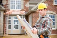 Bau: Ablesen der Pläne für neues Haus Stockfotografie
