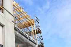 Bau auf Handelsgebäude des mittleren Büros Stockfotos