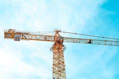 Bau cran und blauer Himmel am sonnigen Tag Stockbilder