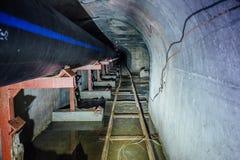 Bau der Abwasserleitung von den Kunststoffrohren im Abwasserkanaltunnel mit Bimmelbahn Lizenzfreie Stockfotos