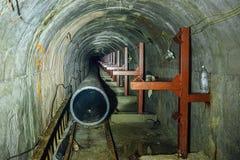 Bau der Abwasserleitung von den Kunststoffrohren im Abwasserkanaltunnel mit Bimmelbahn Lizenzfreies Stockbild