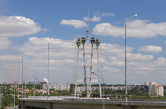 Bau der Brücke durch den Fluss Dnieper in Zaporzhy Stockbild