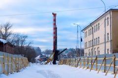 Bau der Brücke im Winter in der Stadt Lizenzfreie Stockfotos