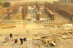 Bau, der die Sperre und die Weise aufbaut, das Blockieren zu wässern die Weise bedeutete, vom PA in die bevorstehende Regenzeit v Lizenzfreie Stockfotografie
