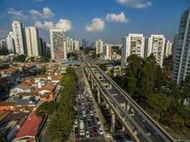 Bau der Einschienenbahn, avenida Jornalista Roberto Marinho, São Paulo lizenzfreie stockfotografie