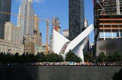 Bau der World Trade Center-Transport-Nabe, die von Santiago Calatrava entworfen ist, fährt in Manhattan fort Stockbild