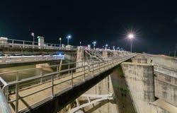 Bau des Abflusskanal-Verdammungstors auf Nacht, das PA Sak Cholasit Lizenzfreie Stockfotos