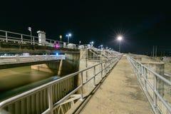 Bau des Abflusskanal-Verdammungstors auf Nacht, das PA Sak Cholasit Lizenzfreies Stockfoto