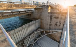 Bau des Abflusskanal-Verdammungstors mit Sonnenaufgang, Lizenzfreie Stockbilder