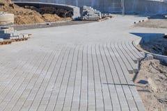 Bau des Bürgersteigs mit Kopfsteinen lizenzfreies stockfoto