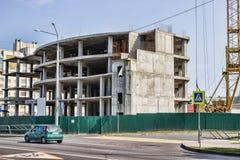 Bau des Gebäudes Hochziehen des Kranes Stockfotos