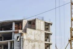 Bau des Gebäudes Hochziehen des Kranes Stockfotografie