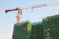 Bau des Gebäudes mit einem Kran Lizenzfreies Stockbild