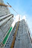 Bau des Gebäudes mit Kränen Lizenzfreie Stockbilder