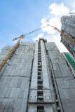 Bau des Gebäudes mit Kränen Stockfotos