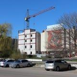 Bau des Hauses im Nordbezirk von Voronezh über Slava-` s Monument voronezh Lizenzfreies Stockfoto