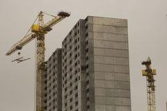 Bau des hohen Gebäudes mit der Hilfe O Stockfotos