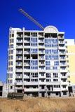 Bau des mehrstöckigen modernen Hauses mit dem Hochziehen des Kranes Lizenzfreies Stockfoto
