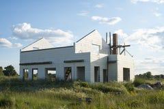 Bau des neuen weißen Backsteinhauses Lizenzfreie Stockfotos