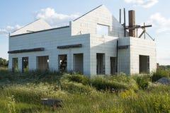 Bau des neuen weißen Backsteinhauses Stockfotografie
