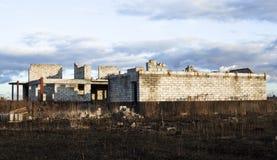 Bau des neuen weißen Backsteinhauses Lizenzfreies Stockbild