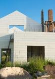 Bau des neuen weißen Backsteinhauses Stockfotos