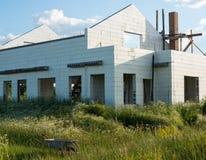 Bau des neuen weißen Backsteinhauses Stockfoto