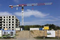 Bau des neuen Wohngebiets im Kiefernholz Stockfotografie