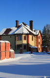 Bau des niedrigen Landes Zwei-storeyed Häuschen vom Ziegelstein Lizenzfreie Stockfotos