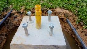 Bau des Stumpftopfes der hellen Pfosten mit dem gelben Winkel des Leistungshebels Stockfoto