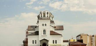 Bau einer christlichen Kirche auf den Stadtränden der Stadt Lizenzfreie Stockfotos