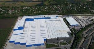 Bau einer großen Fabrik, industrielles Äußeres, Panoramablick von der Luft Baustelle, Metallbau stock footage