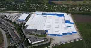 Bau einer großen Fabrik, industrielles Äußeres, Panoramablick von der Luft Baustelle, Metallbau stock video footage